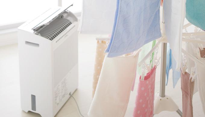 部屋干ししている衣類の近くの除湿機